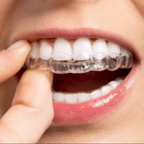 การจัดแบบใส invisalign ไม่เห็นเครื่องมือ สามารถถอดออกได้เวลาทานข้าวหรือเมื่อต้องการ มีบริการที่ Modern Smile พัทยา ศรีราชา