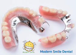 ฟันปลอมพลาสติก ฐานโลหะ จะแข็งแรงกว่าแบบ พลาสติก